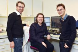 De gauche à droite: le Pr. Patrick Callier, en charge du laboratoire (GCM) du CHU Dijon Bourgogne, le Dr. Davide Callegarin, médecin et ingénieur bio-informatique au sein du laboratoire et Tristan Moro, également membre de l'équipe IA du laboratoire. ©DR