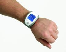 Le bracelt Bluegard, opérationnel en 10 minutes pour assurer la sécurité des patients âgés ou Alzheimer