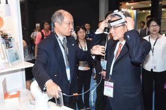 Le professeur John Leong, président de Hospital Authority, visite le Medical Fair, et discute des dernières technologies médicales avec des exposants. Il a aussi essayé certains produits.