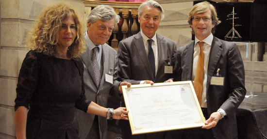 De gauche à droite, Willem van Eeghen, Madame Emma Marcegaglia remettant le Prix à Monsieur Fulvio Renoldi Bracco et François Saint Bris