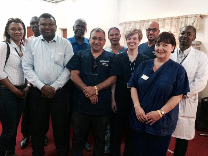 Un voyage en Gambie offre de l'espoir aux patients en besoin de dialyse