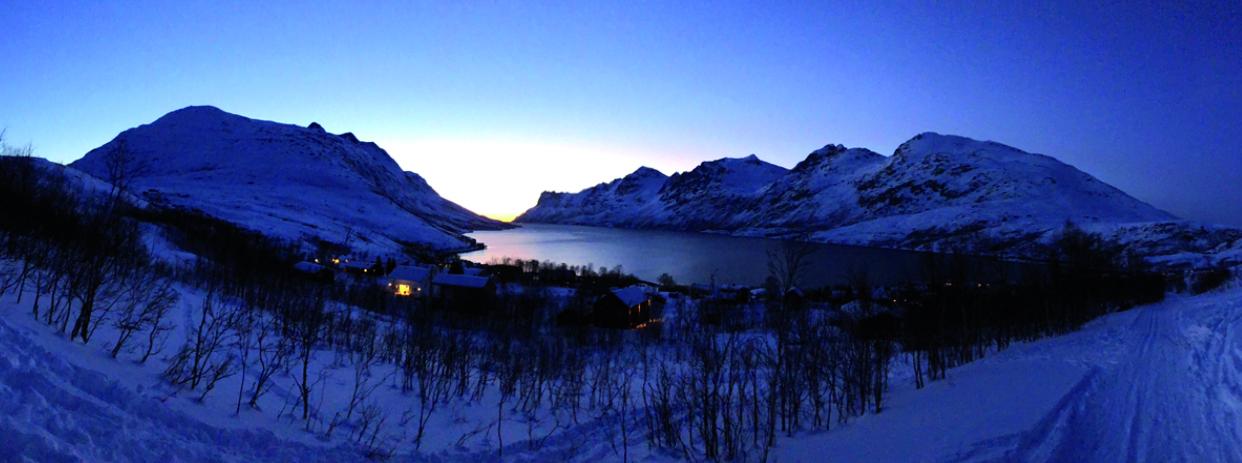 Fjord enneigé sur l'île de Kvaløya, littéralement « l'île aux baleines ». ©Célia Nilssen