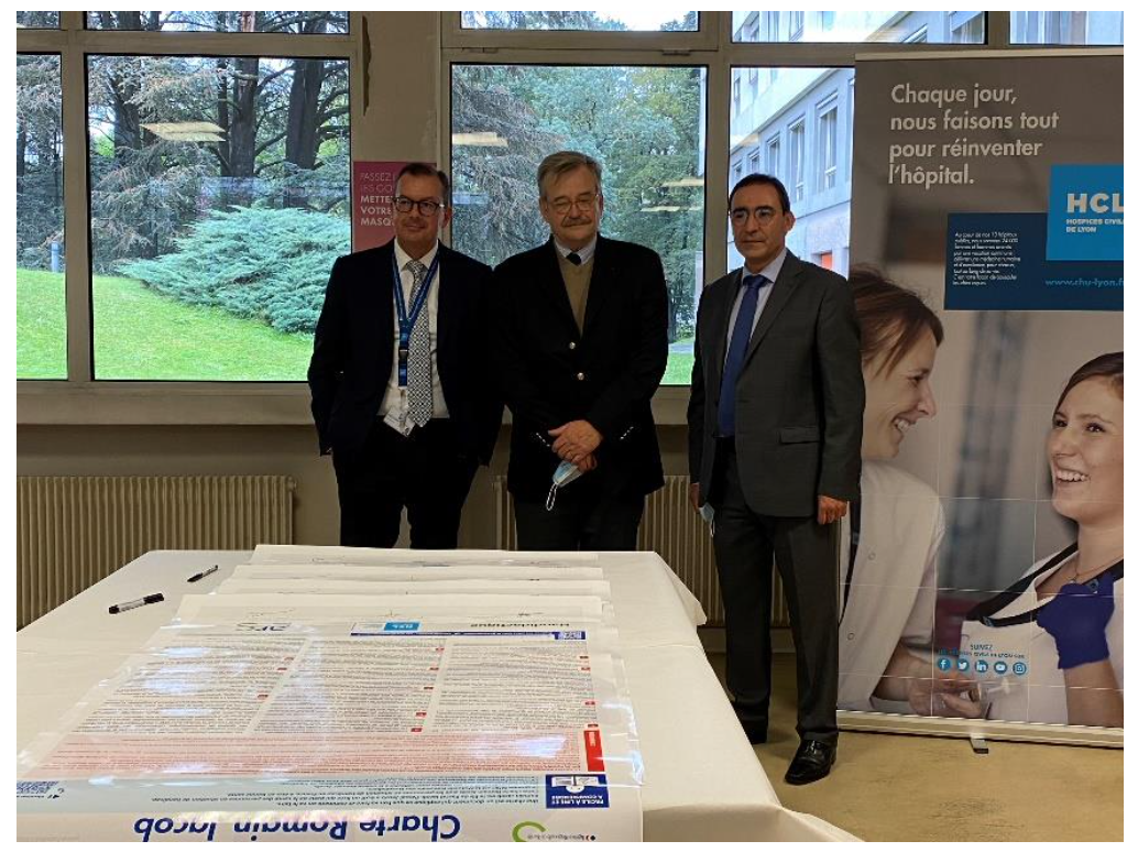 Signature de la charte Romain Jacob. De gauche à droite : Raymond LE MOIGN, Directeur Général des HCL ; Pascal JACOB, président de l'association Handidactique ; Raphaël GLABI, directeur de l'autonomie à l'Agence régionale de santé Auvergne-Rhône-Alpes.
