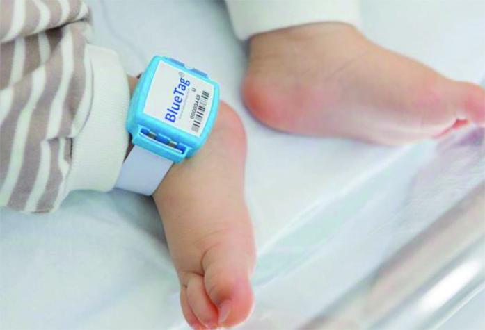 BlueTag, un bracelet pour nourrissons hypoallergénique, auto-protégé, étanche et très simple à ajuster
