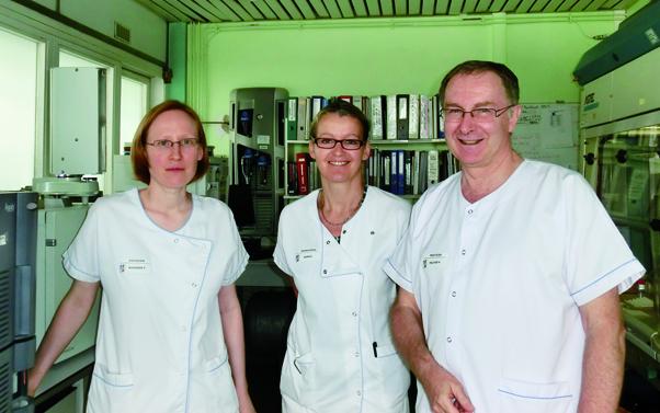 Tiphaine Bousser, responsable de la phase pré-analytique en biochimie, et le Dr Hervé Peltier, chef de service LBM