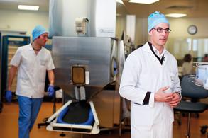 Le Dr Jean-François Tournamille devant l'un des 4 isolateurs de l'UBCO